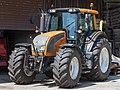 Valtra Traktor bei einem Lohnunternehmen.jpg