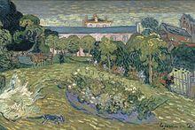 Un jardín cerrado, rodeado de árboles, con una casa grande en el fondo, y otra casa a la derecha.  En el primer plano verde césped es un gato, en el centro del césped es un lecho de flores y en la parte trasera del jardín es un banco, una mesa y unas cuantas sillas.  Muy cerca se encuentra una figura solitaria