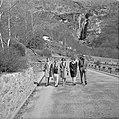 Vier vrouwen en een man op een weg in een dorp in een buitenland Ascona, Zwitse, Bestanddeelnr 254-5601.jpg
