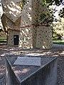 Villeurbanne - Parc de la Commune de Paris, plaque Eugène Varlin devant le mur d'escalade.jpg
