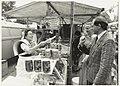 Viskraam op de weekmarkt aan de Anemonenlaan te Bennebroek, met geheel rechts de gemeentesecretaris J. Mellema en bij de kraam de burgemeester van Bennebroek, G.H. van Egerschot en diens ec, NL-HlmNHA 54015519.JPG