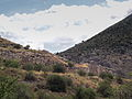 Vue sur les remparts à Mycènes.JPG
