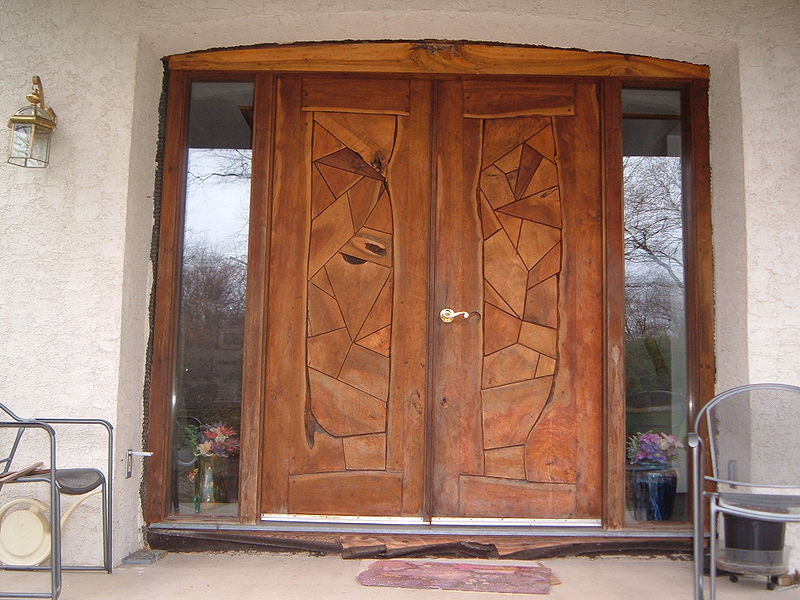 File wooden door jpg wikimedia commons for Puertas principales de madera rusticas