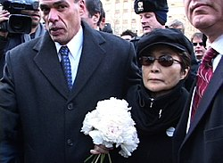 Yoko Ono John Lennon emlékművénél (Strawberry Fields, Central Park, NYC. ( 2005. december 8. )
