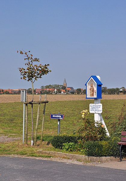 Zuienkerke (province of West Flanders, Belgium): Draaiboomstraat, with the 'Herderskapel' (wayside chapel)