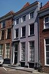 foto van Pand met gesausde lijstgevel met deurpartij bestaande uit gesneden deur met bovenlicht en pilasters