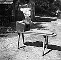 """""""Rahla"""" s krtačo, škatla- votla za volno, ki jo je treba česati, Artiža vas 1950.jpg"""