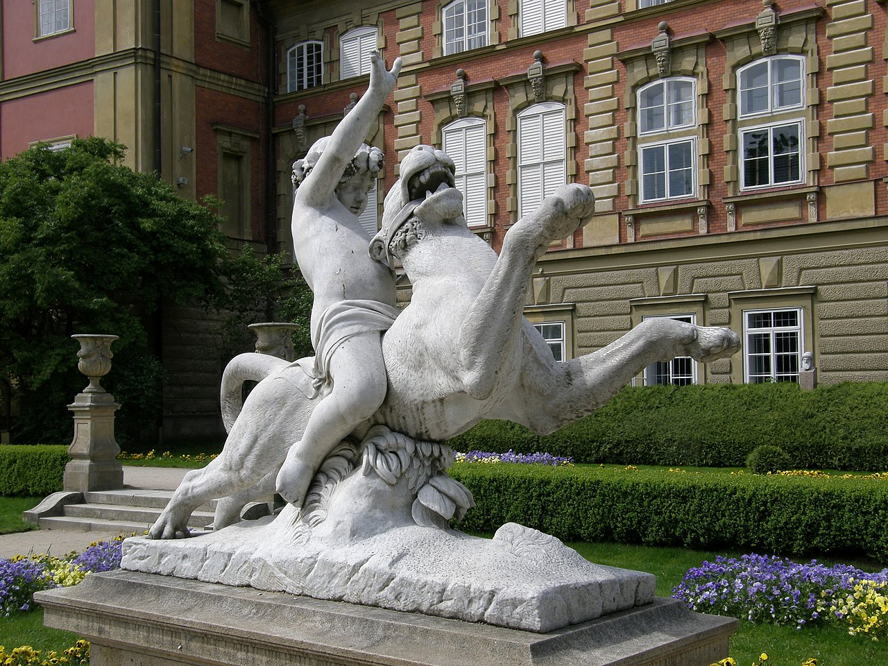 Ланьцутский дворец - детская статуя (1) .jpg