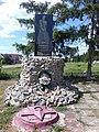 Братська могила радянських воїнів та пам'ятник воїнам-землякам у с.Високе.jpg