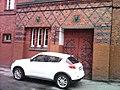 Здание Хуфенского лицея с головами двух девушек над входом 01.jpg