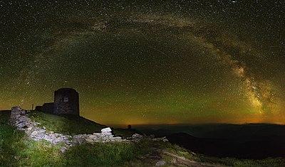 Панорама старої польської обсерваторії Білий Слон,на горі Піп Іван Чорногірський,на якій проводятся відновлювальні роботи.jpg