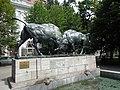 "Скульптура ""Борющиеся зубры"", проспект Мира, Калининград.jpg"
