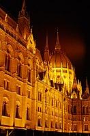 03 2019 photo Paolo Villa - F0197914 - Budapest - Parlamento - notte - luci - cupola - Neomedievalismo Neogotico.jpg