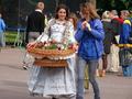 07075 Blumenhändlerin auf dem Zentralplatz in Lemberg (Ukraine).png