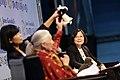11.22 總統出席《改變世界-年輕人的力量》論壇,與珍古德博士對談 (31033099052).jpg