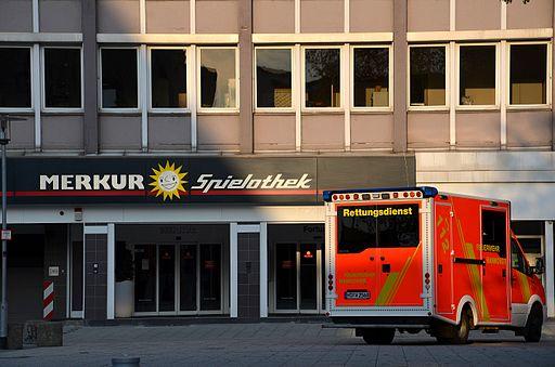 """112-Notruf-Nummer an einem Rettungswagen der Feuerwehr Hannover vor einer """"Merkur-Spielothek""""an der Goseriede 2014"""