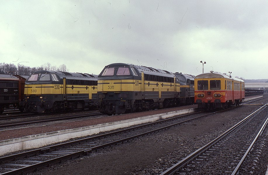 Line up at Virton in Belgium on 12 March 1988. From left to right class 53s 5310 & 5311. To the right single railcar no. 4503.