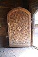 1709 Rzeźbione drzwi do kościółka Foto B. Maliszewska.jpg