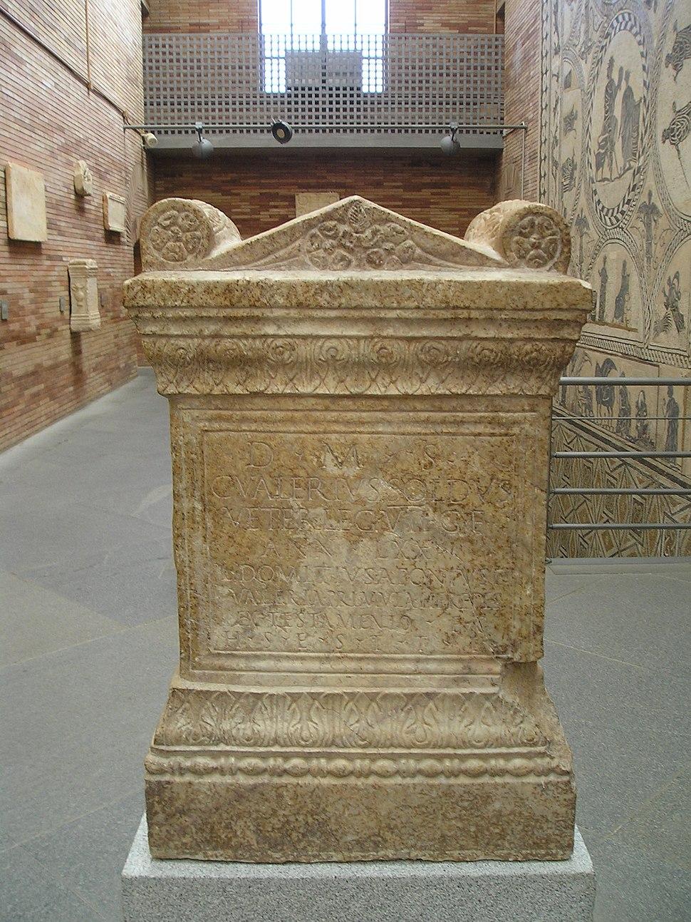 Inscrición procedente de 'Augusta Emerita (Mérida, Badaxoz, España) erixida en honra de Gaio Valerio Soldo, veterano do século II da Legio VII Gemina, polos seus herdeiros.