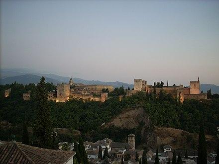 Alhambra de noche vista desde San Nicolas.jpg