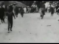 File:Auguste & Louis Lumière - Le village de Namo - Panorama pris d'une chaise à porteurs (1900).webm