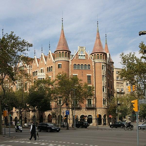 Центр гей-жизни Барселоны - квартал Эшампле (ударение на последний слог). .