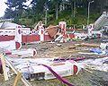 Balaustradas destruidas y el techo de un quiosco sobre unas balaustradas, Pichilemu.jpg