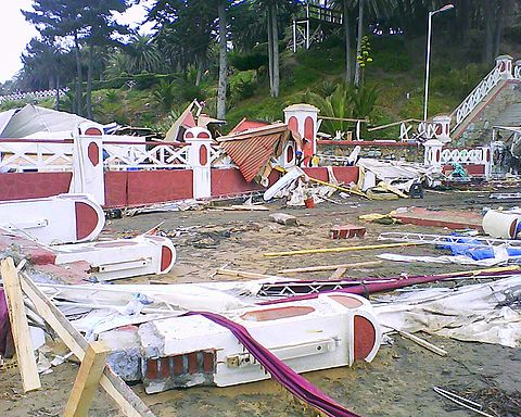 Destroyed balustrades and the ceiling of a kiosk over another balustrade, near Pichilemu beach. Image: Diego Grez.