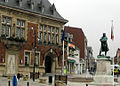 Bapaume hôtel-de-ville et statue Faidherbe 2a.jpg