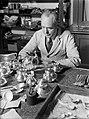 Bekijken van zilveren voorwerpen, oa een schenkkan bij de fa Gerritsen & Van , Bestanddeelnr 190-0507.jpg