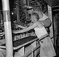 Bemanningsleden in de machinekamer van Hr Ms Van Speijk, Bestanddeelnr 252-8518.jpg