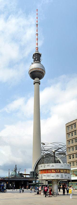 Blick auf den Fernsehturm in Berlin-Mitte(mit Urania-Weltzeituhr vom Alexanderplatz aus)