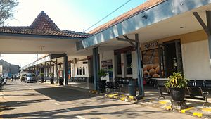 Bojonegoro railway station drop-off area.jpg