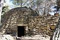 Borie et mur de pierre sèche à Cornillon-Confoux.jpg
