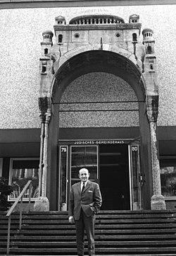 Bundesarchiv B 145 Bild-P094007, Berlin, Heinz Galinski vor jüdischem Gemeindehaus.jpg