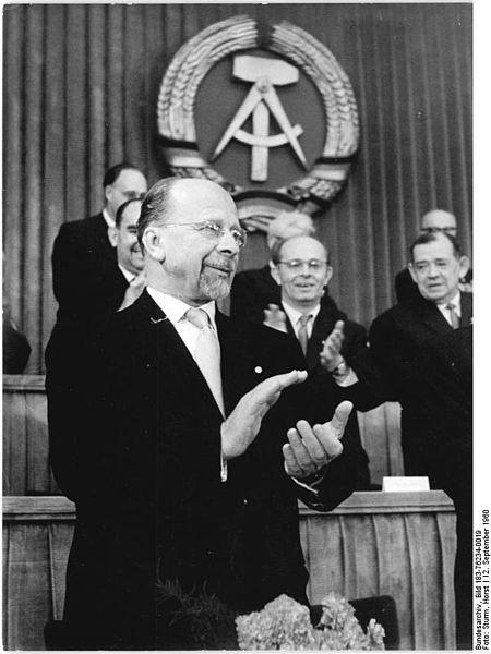 Walter Ulbricht - El Papel del Estado Socialista en la Estructuración del Sistema Social Avanzado del Socialismo 450px-Bundesarchiv_Bild_183-76234-0019,_Berlin,_14._Volkskammersitzung,_Walter_Ulbricht