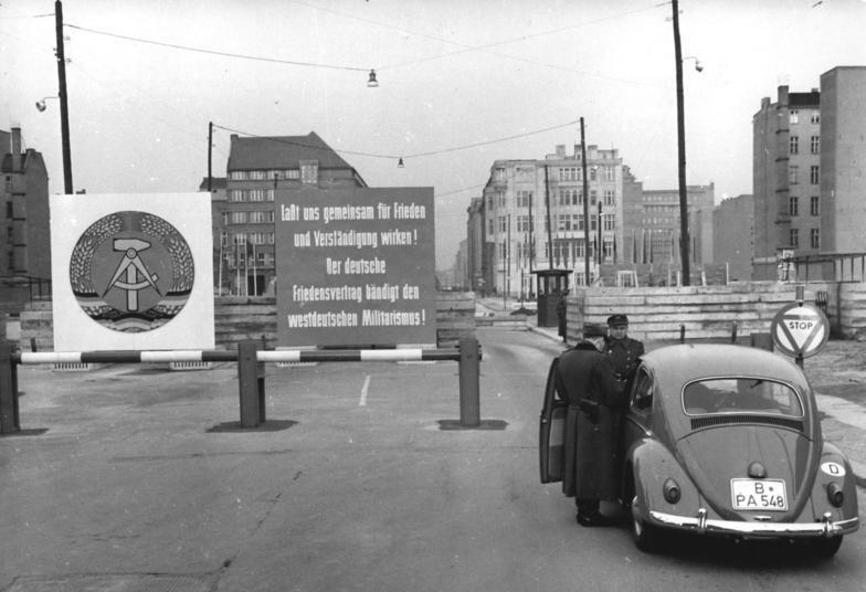 Bundesarchiv Bild 183-88832-0001, Berlin, Mauerbau, Friedrichstra%C3%9Fe