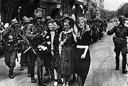Bundesarchiv Bild 183-L19397, Lettland, Riga, Begrüßung der deutschen Soldaten