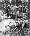 COLLECTIE TROPENMUSEUM Groepsportret van twee vrouwen die de cacaobonen uit de vruchten halen TMnr 60009705.jpg