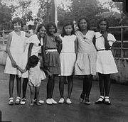 COLLECTIE TROPENMUSEUM Portret van een groep Indo-Europese meisjes Batavia TMnr 60031694
