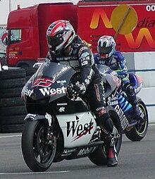 Capirossi sulla griglia di Brno nel 2002, in sella alla Honda NSR500 del Team West Pons.