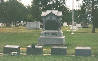 Carl Ben Eielson - The tombstone of Eielson located in Hatton, North Dakota