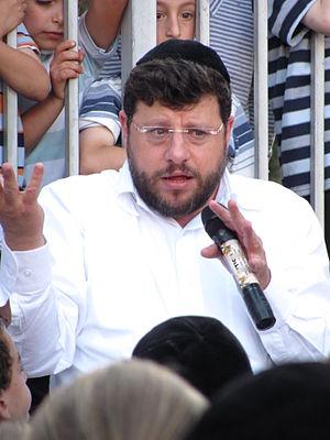 Chaim Walder - Chaim Walder tells stories to children at an outdoor event in 2011