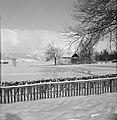 Chaletwoning in de sneeuw met op de achtergrond het Karwendel-gebergte in wolken, Bestanddeelnr 254-4302.jpg