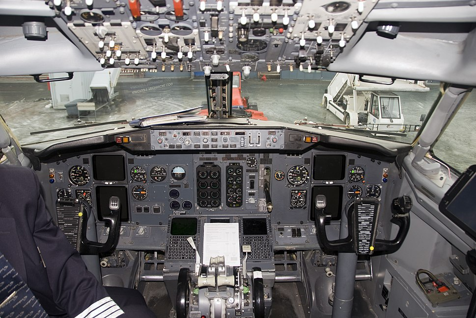 Cockpit of 737-300 LN-KKU