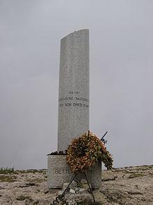 La colonna mozza sulla cima dell'Ortigara, posta in occasione della prima adunata nazionale