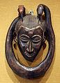 Costa d'avorio, guro, maschera con serpente e uccellino 01.JPG