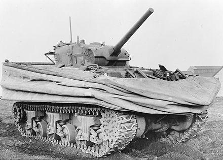 Un carro Sherman DD con il telo di galleggiamento abbassato