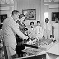 De koningin bewondert een maquette van de Emmabrug, een geschenk van de Curaçaos, Bestanddeelnr 252-3788.jpg