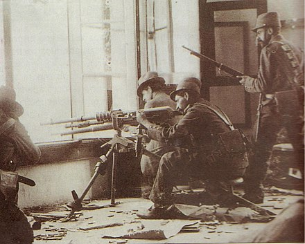 Rebel soldiers partaking in urban warfare during the Ten Tragic Days. Decena tragica.JPG